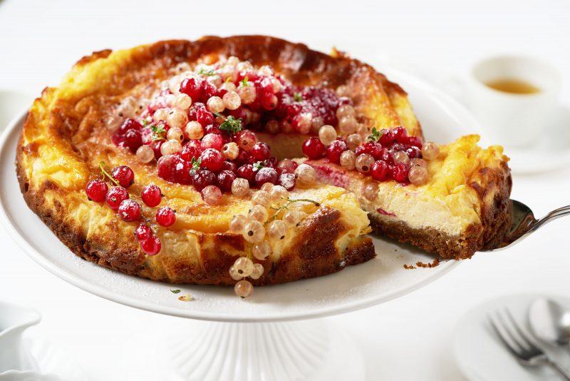 Cheesecake met rode en witte bessen