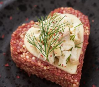 Quinoa met rode biet en forel