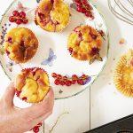 Yoghurtmuffins met appel en rode bessen
