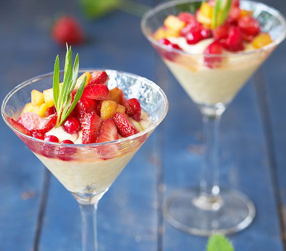 Puddingdessert met gemarineerd fruit